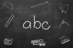 Letras de ABC escritas en una pizarra negra Foto de archivo
