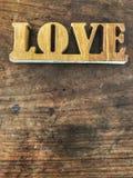 Letras de amor en la tabla de madera con luz del sol natural, Foto de archivo libre de regalías