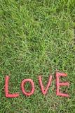 Letras de amor sobre la hierba Foto de archivo libre de regalías