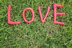 Letras de amor sobre la hierba Fotografía de archivo libre de regalías