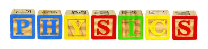 Letras de bloco de madeira que soletram a FÍSICA sobre o branco fotos de stock royalty free