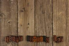 Letras de día felices de padres en la madera rústica Fotografía de archivo libre de regalías