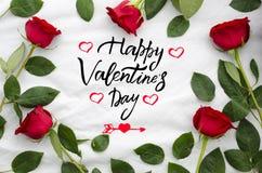 Letras de día felices del ` s de la tarjeta del día de San Valentín en marco de rosas, de ramas y de hojas Tarjeta de felicitació Fotos de archivo