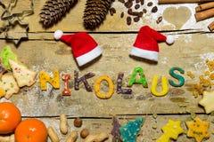 Letras de la decoración y de la galleta de la Navidad en la tabla de madera, alemana Fotografía de archivo