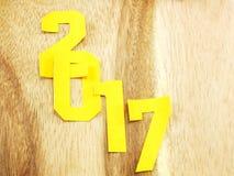 Letras de la Feliz Año Nuevo con el regalo en fondo de madera Imagen de archivo
