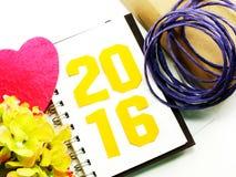 Letras de la Feliz Año Nuevo con el regalo en fondo de madera Fotos de archivo