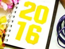 Letras de la Feliz Año Nuevo con el regalo en fondo de madera Imagenes de archivo