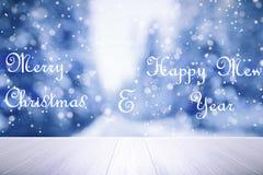 Letras de la Feliz Navidad y de la Feliz Año Nuevo en los vagos del bosque del invierno Foto de archivo libre de regalías