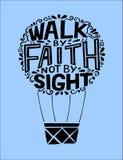 Letras de la mano con verso de la biblia que caminamos por la fe, no por la vista, hecha en el globo que vuela imagen de archivo