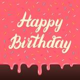 Letras de la mano del feliz cumpleaños en fondo del esmalte de la torta Foto de archivo