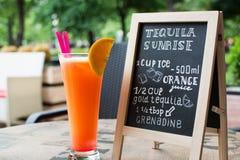 Letras de la tiza de la salida del sol del Tequila Cóctel y receta en la pizarra Foto de archivo