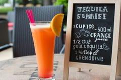 Letras de la tiza de la salida del sol del Tequila Cóctel y receta en la pizarra Fotografía de archivo
