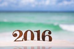 2016 letras de los números con el océano, la playa y el paisaje marino Imagen de archivo libre de regalías