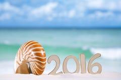 2016 letras de los números con la concha marina, el océano, la playa y el paisaje marino Fotos de archivo