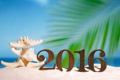 2016 letras de los números con las estrellas de mar, el océano, la playa y el paisaje marino Fotos de archivo