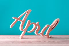 Letras de madeira cinzeladas mão como a palavra de abril ø dia do conceito de abril Imagens de Stock
