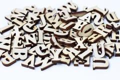 Letras de madeira do close-up do alfabeto inglês, fundo, conceito da educação imagens de stock