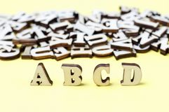 Letras de madeira do close-up do alfabeto inglês, fundo, conceito da educação fotografia de stock