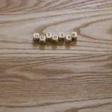 Letras de madeira que soletram outubro em um fundo de madeira fotos de stock royalty free