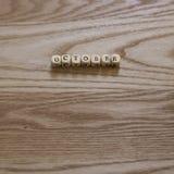 Letras de madeira que soletram outubro em um fundo de madeira fotos de stock
