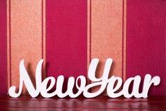 Letras de madera blancas que construyen Año Nuevo del texto inglés Nieve y Sn Fotos de archivo
