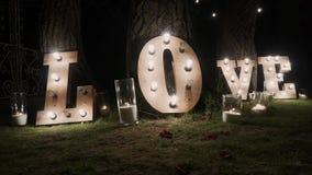 Letras de madera con las luces de bulbo Palabra - amor Palabra iluminada AMOR en la etapa Amor de la palabra que consiste en luce metrajes