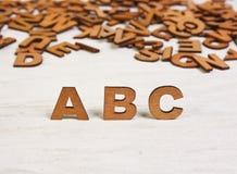 Letras de madera de ABC en un fondo blanco de madera Imagen de archivo
