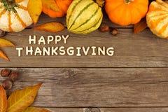 Letras de madera de la acción de gracias feliz con la frontera de la esquina del otoño en la madera Fotos de archivo