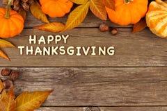 Letras de madera de la acción de gracias feliz con la frontera de la esquina del otoño en la madera Foto de archivo