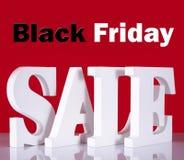 Letras de madera de la venta de Black Friday en fondo rojo Foto de archivo