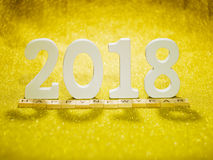 2018 letras de madera en la tabla del brillo del oro para el fondo del Año Nuevo 2018 Imagen de archivo libre de regalías