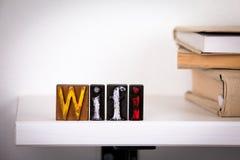 Letras de madera de la palabra de Wifi en el escritorio de oficina fotografía de archivo