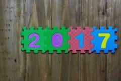 Letras de molde y números 2017 con el fondo de madera Foto de archivo libre de regalías
