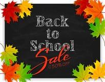 Letras de nuevo a escuela y venta en la pizarra negra con el arce Imagenes de archivo