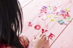 Letras de papel y el amor de la palabra Imágenes de archivo libres de regalías