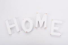 Letras decorativas que forman la palabra HOGAR en el fondo blanco Decoración interior rústica Foto de archivo