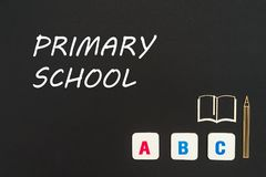 Letras del ABC y miniatura del conglomerado en la pizarra con la escuela primaria del texto Foto de archivo libre de regalías