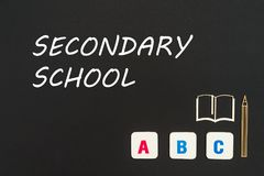 Letras del ABC y miniatura del conglomerado en la pizarra con la escuela secundaria del texto Imágenes de archivo libres de regalías