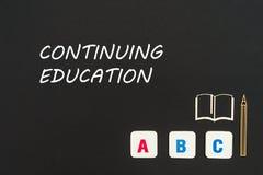Letras del ABC y miniatura del conglomerado en la pizarra con la formación permanente del texto Fotografía de archivo