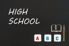 Letras del ABC y miniatura del conglomerado en la pizarra con la High School secundaria del texto Fotos de archivo