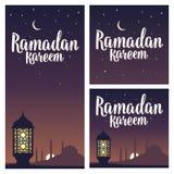 Letras del kareem del Ramadán con la lámpara, alminares, creciente, estrella en cielo