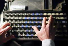 Letras del teclado de la linotipia con las manos del operador imagen de archivo libre de regalías