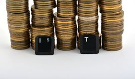 Letras del teclado de ordenador de las TIC con las monedas aisladas en blanco Imagen de archivo libre de regalías