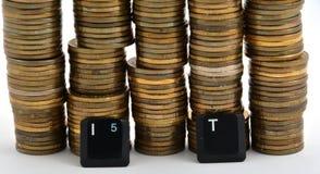 Letras del teclado de ordenador de las TIC con las monedas aisladas en blanco Imágenes de archivo libres de regalías