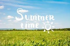 Letras del tiempo de verano con el fondo del cielo y de la hierba Imagenes de archivo