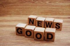Letras do alfabeto da palavra da boa notícia no fundo de madeira fotos de stock