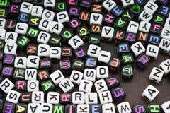 Letras do cubo fundo colorido e v?rio, branco fotografia de stock