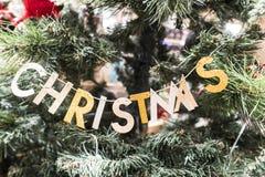 Letras do Natal em uma árvore de Natal fotos de stock