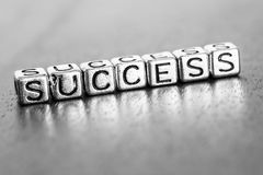 Letras do sucesso colocadas em uma mesa na madeira preciosa imagem de stock royalty free