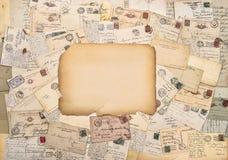 Letras e cartão velhos Porte postal antigo Papel do estilo do vintage Fotografia de Stock